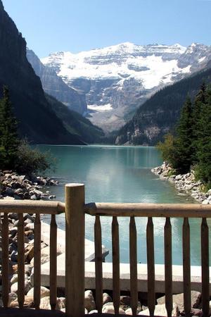 Lake_louise_bridge_red